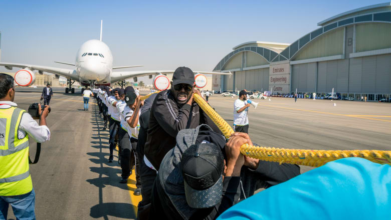 شرطة دبي تكسر الرقم القياسي وتسحب طائرة آيرباص A380-800