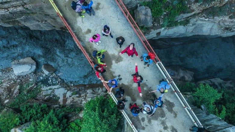 يمتد هذا الجسر، الذي يعتبر الأعلى في أذربيجان، فوق نهر جوديال في قرية قريز.