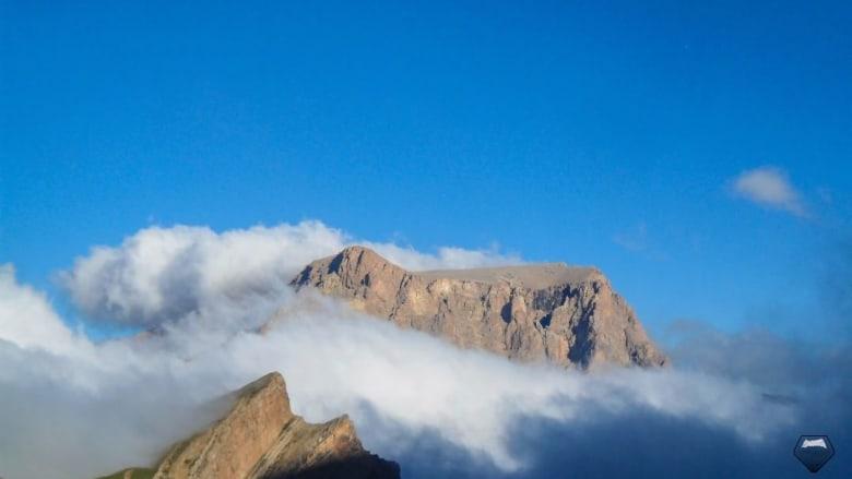 """منظر السحاب في أعلى سلسة """"الصخرة الذهبية""""، منتزه شهداغ الوطني."""