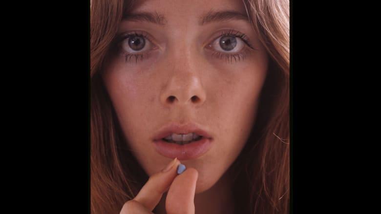 شابة تحمل حبة منع حمل في العام 1971.