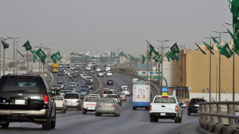 """فيديو دهس رجل """"زوجته"""" يثير صدمة في السعودية"""