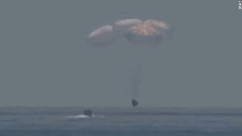 هبوط مركبة كرو دراغون في خليج المكسيك بعد نجاح مهمتها التاريخية للفضاء