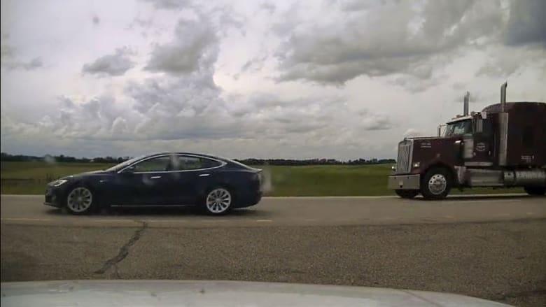 كندا تحقق مع رجل استخدم نظام القيادة الآلية في سيارة تسلا أثناء نومه