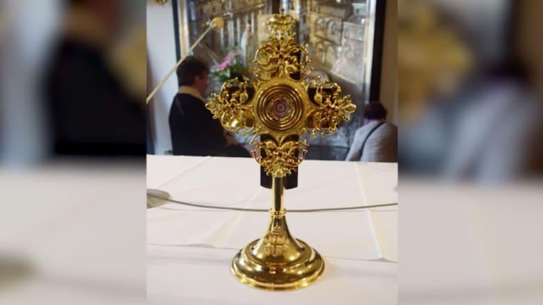 سرقة صليب ذهبي يحتوي على رفات البابا يوحنا بولس الثاني من كنيسة في إيطاليا