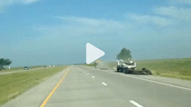 شخص يصور حادثا مريعا على الطريق السريع
