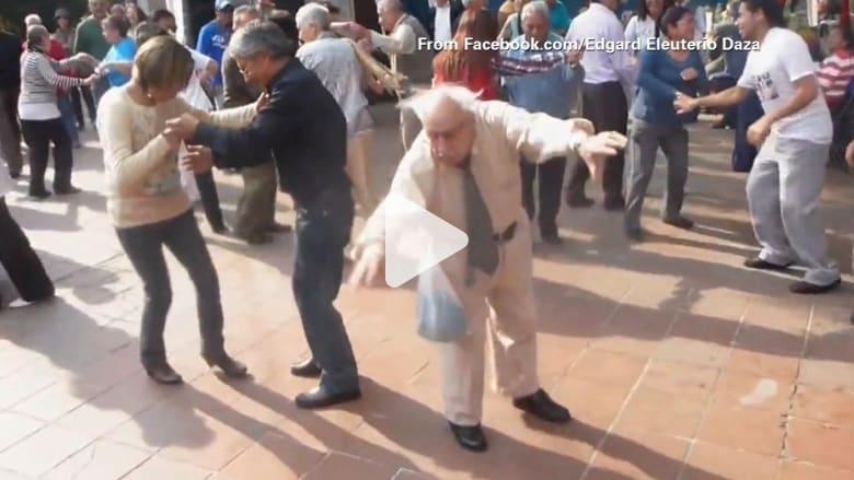 عجوز يرمي عكازتيه ليرقص في الشارع