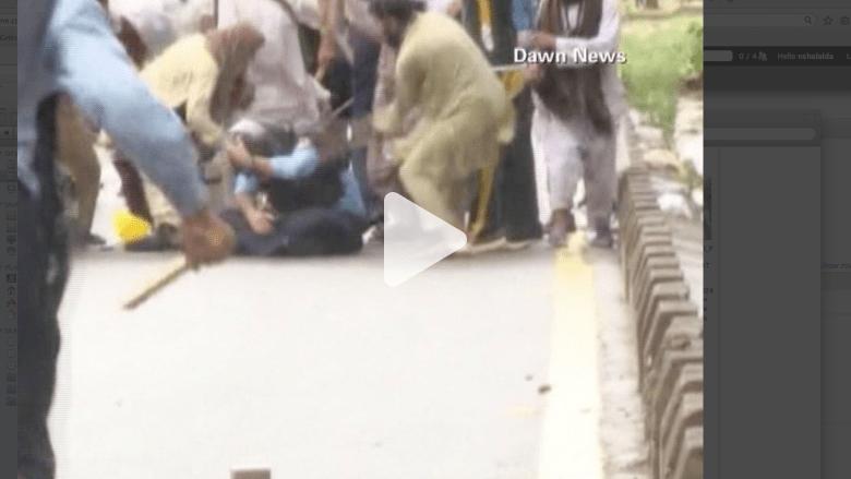 بالفيديو.. شرطي باكستاني وقع بأيدي محتجين.. فماذا حدث له؟