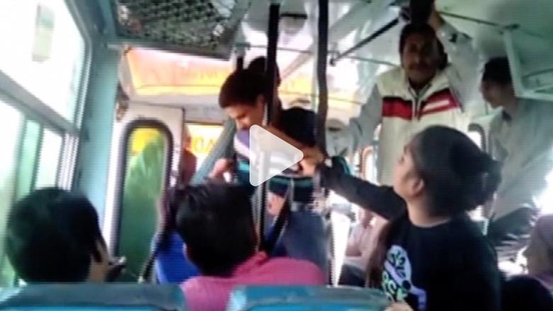 هنديتان تخالفان الأعراف وتدافعان عن نفسيهما ضد متحرشين