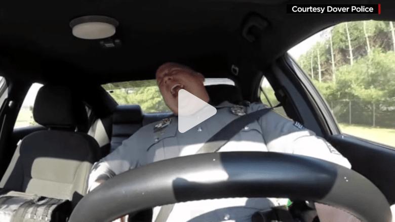 ما الذي يحدث حين يرقص الشرطي ويغني؟ الفيديو ينتشر بجنون!