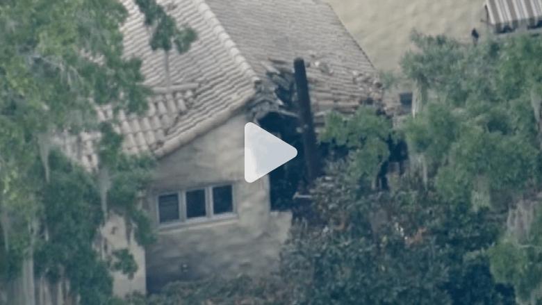 مقتل طيار وانقطاع الكهرباء عن الحي بعد اصطدام مروحية بمنزل