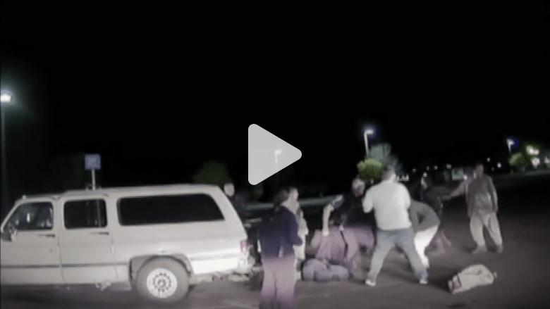 شاهد بالفيديو.. اشتباك بالرصاص بين أفراد عائلة وشرطة أريزونا