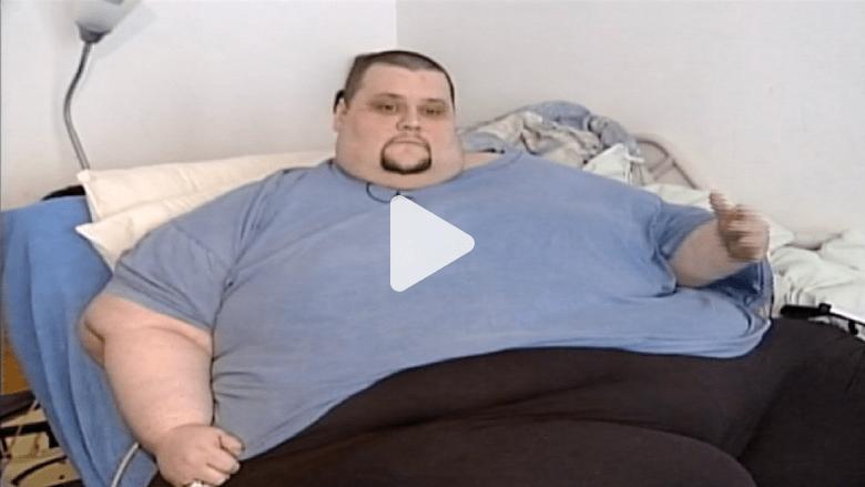 شاهد بالفيديو: أمريكي يزن 400 كيلوغرام يستقر بمسكنه الجديد بعد نقله برافعة