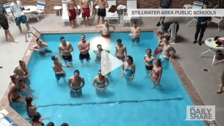 بالفيديو.. أصوات مجموعة مراهقين في حوض سباحة تملأ الحي