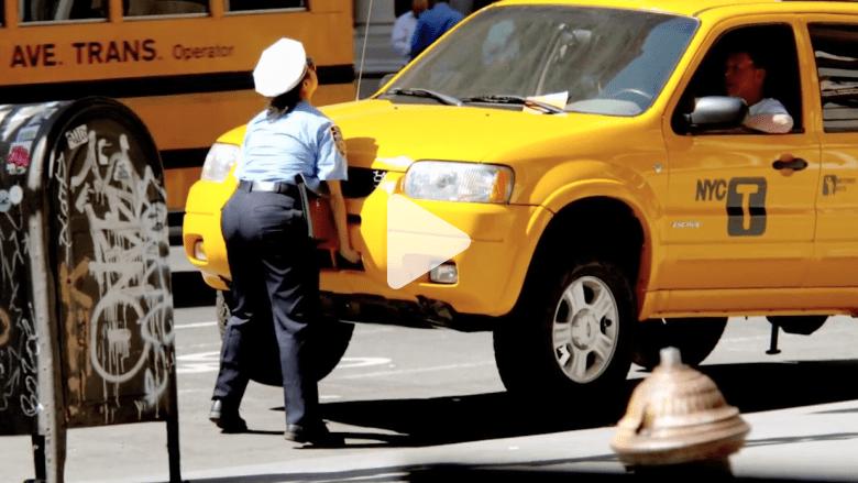 بالفيديو..قارئة عدادات ركن السيارات تعطي سائقي سيارات الأجرة درسا