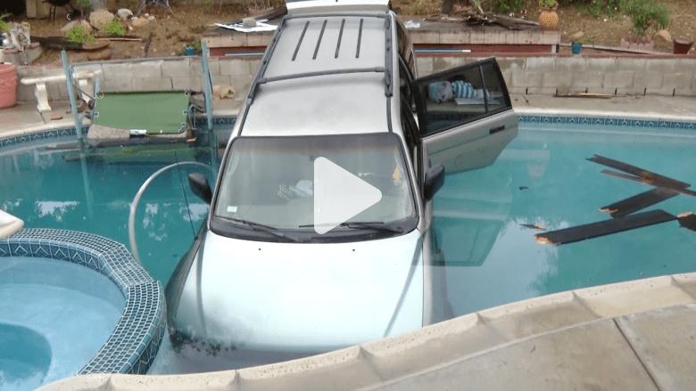 بالفيديو.. سيارة تسقط في بركة سباحة