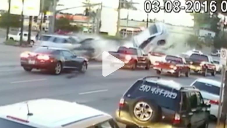 بالفيديو: مشهد اصطدام عنيف يؤدي إلى قذف سيارة بالهواء