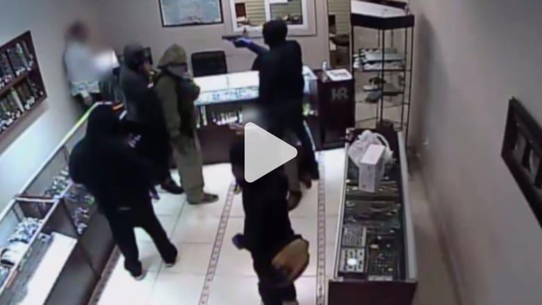 بالفيديو: سطو مسلح على متجر مجوهرات داخل مركز تسوق