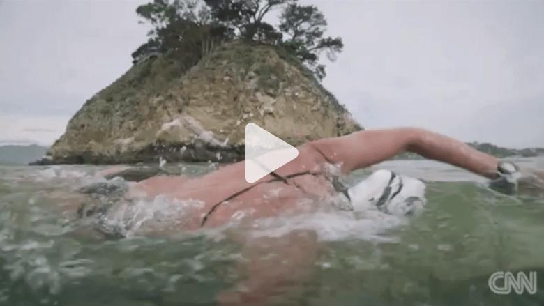 بالفيديو: سباحة تتحدث عن مغامرتها في السباحة بين أسماك القرش