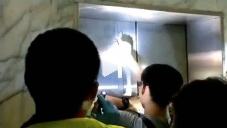 شاهد.. لحظة إنقاذ امرأة من مصعد تعطل بعد زلزال في تايوان