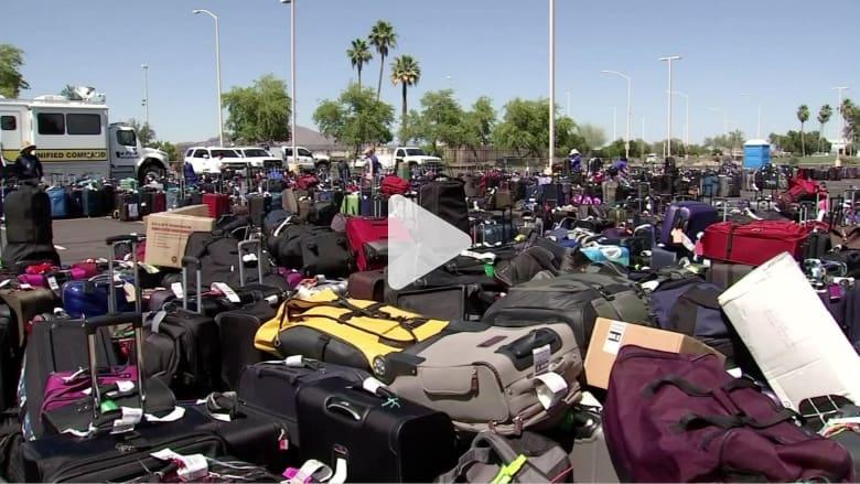شاهد.. أكوام من الحقائب تتكدس بمطار بأريزونا بسبب خلل في أجهزة المسح