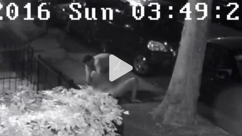 شاهد.. رجل يحاول اغتصاب سيدة في منتصف الشارع في مدينة نيويورك