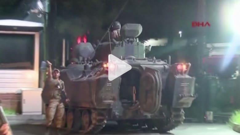 شاهد.. دبابات وقوات عسكرية تغلق جسرين وشوارع رئيسية في إسطنبول