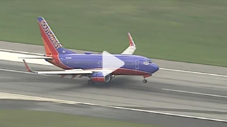 شاهد.. لحظة هبوط طارئ لطائرة بسبب تضرر عجلاتها