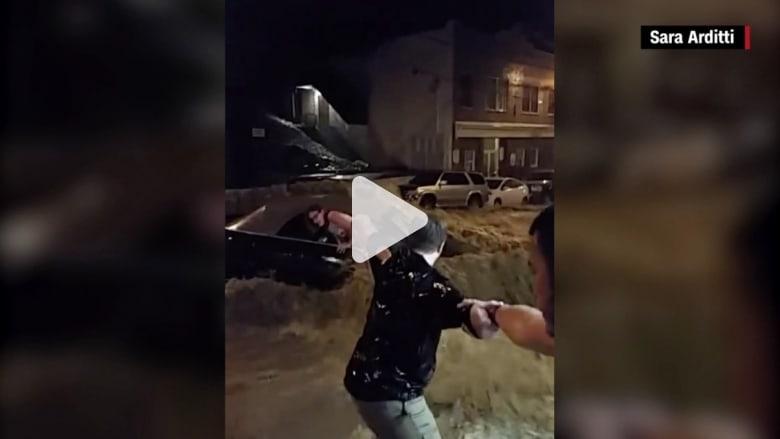 إنقاذ امرأة محاصرة في سيارتها أثناء فيضانات في أمريكا