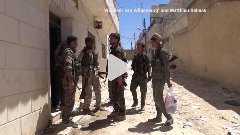 قوات سوريا الديمقراطية تطرد داعش من منبج ونساء يحرقن العباءات