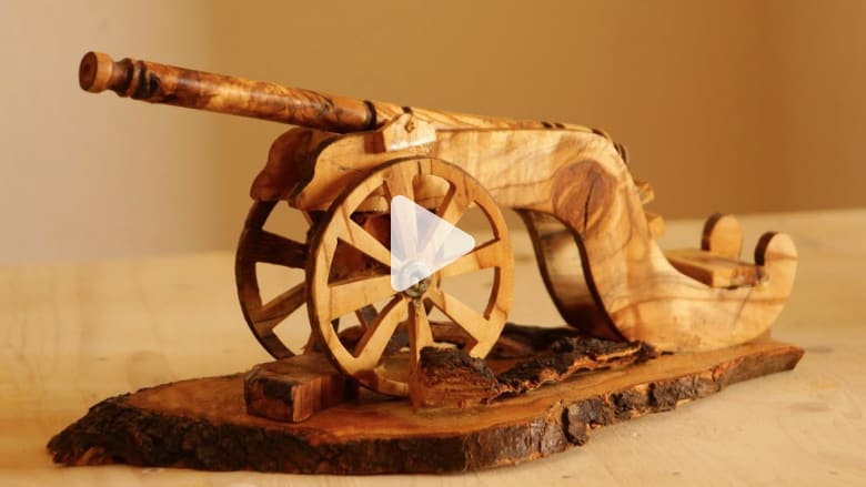 من غزة... شادي عفانة يبدع في فن الأركت وينتج تحفا فنية من بقايا أخشاب