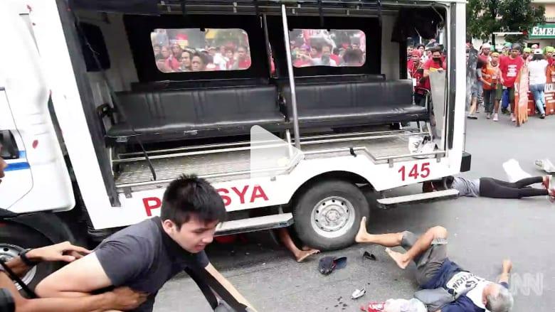 سيارة شرطة تدهس متظاهرين أمام سفارة أمريكا في الفلبين