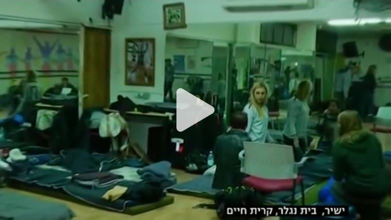 إسرائيليون يهربون إلى الملاجئ.. وطائرات تكافح الحرائق