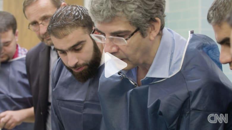 هذا الرجل يصنع أبطال الجراحة في سوريا