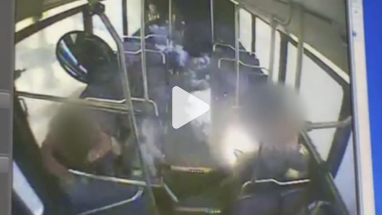 فيديو مرعب.. رجل يدخن سيجارة الكترونية على متن حافلة.. وفجأة!