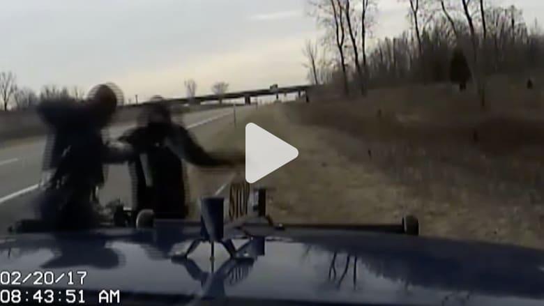 شاهد كيف انتهت مطاردة بين شرطي ولص