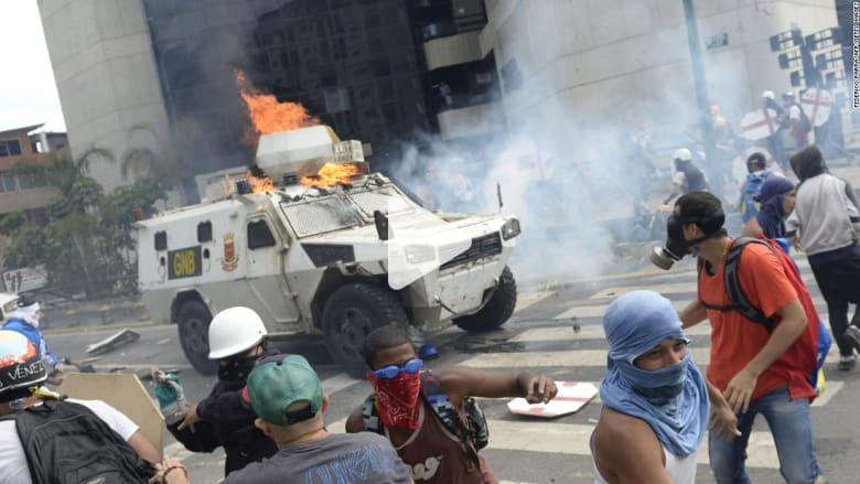 شاهد.. مركبة عسكرية فنزويلية تدهس متظاهرين