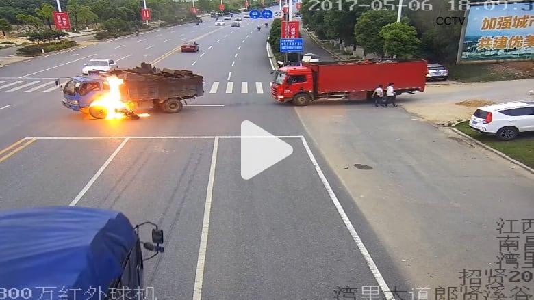 شاهد.. سائق دراجة نارية ينجو من الموت بأعجوبة