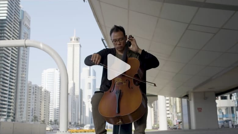 """رغم فقدانه للسمع.. هذا الشاب """"يرسم"""" المشهد الموسيقي في دبي"""