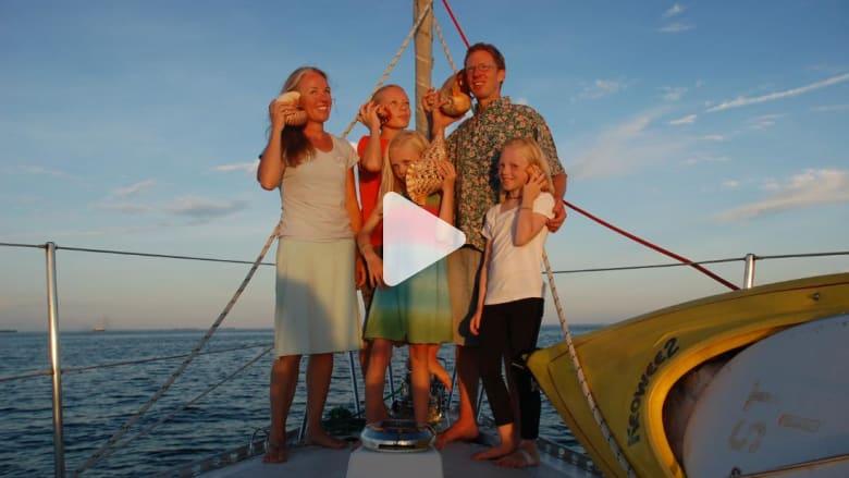 هذه العائلة سافرت حول الكرة الأرضية بقاربها الصغير