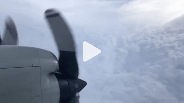 مشهد مرعب لطائرة تدخل عين إعصار قرب هاواي