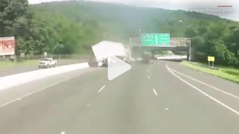 لحظة انقلاب شاحنة على طريق سريع