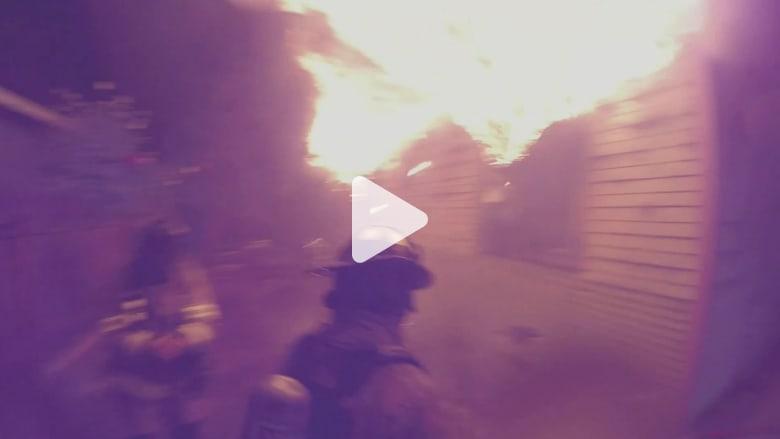 عملية إنقاذ رجل من مبنى محترق بكاميرا رجال الإطفاء