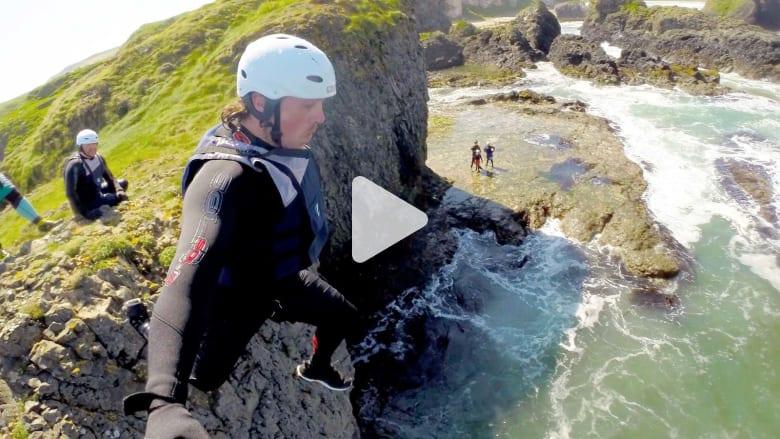 في إيرلندا.. هل تجرؤ على القفز من منحدر إلى المحيط الأطلنطي؟