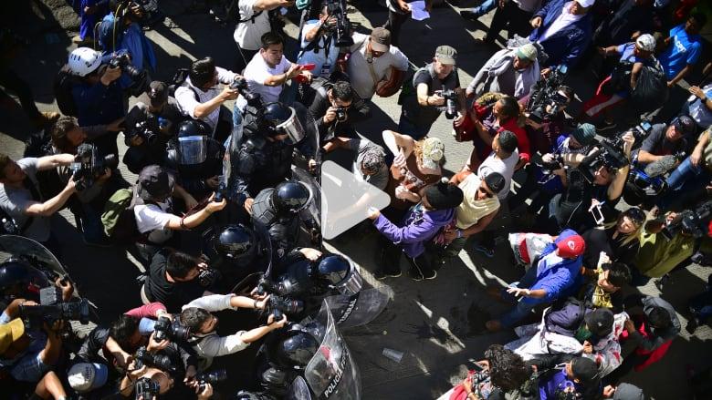 فوضى على حدود المكسيك - أمريكا.. ومنع 500 مهاجر من العبور