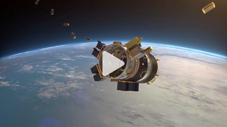 شاهد.. سبيس إكس تطلق 64 قمرا صناعيا دفعة واحدة إلى الفضاء