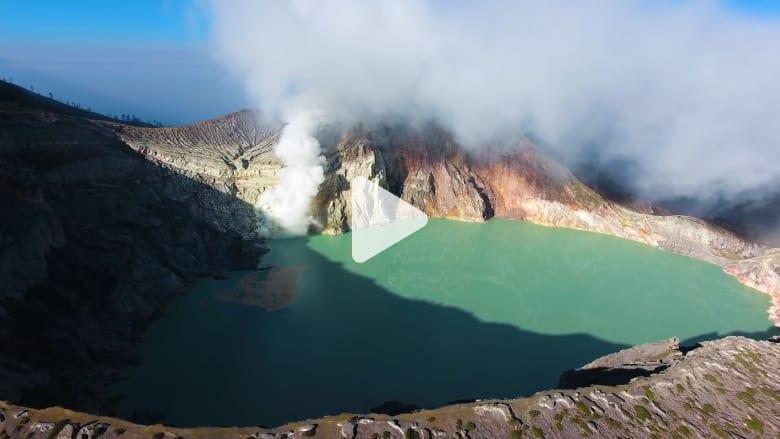 اكتشف البركان الذي لا يُشبه غيره..يقذف حمماً زرقاء ساحرة