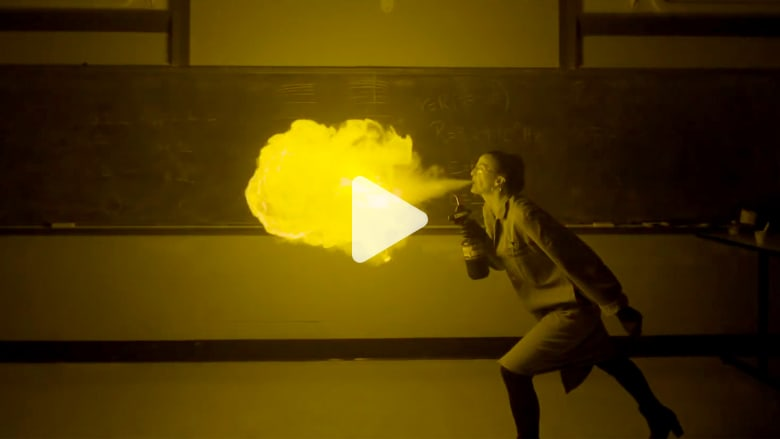 """عالمة كيميائية """"تنفخ"""" النار من فمها.. وتصنع ديدان لزجة"""