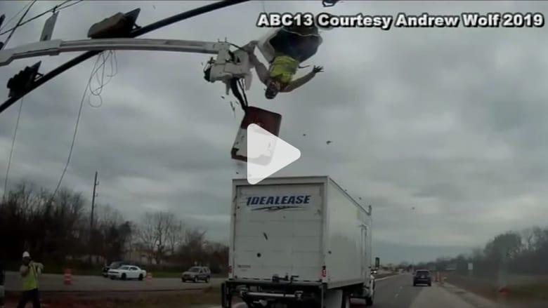 شاحنة تصدم عامل كان يحاول إصلاح إشارة مرور
