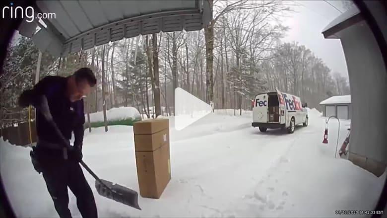 كاميرا مراقبة ترصد تصرفا غير متوقع من سائق توصيل
