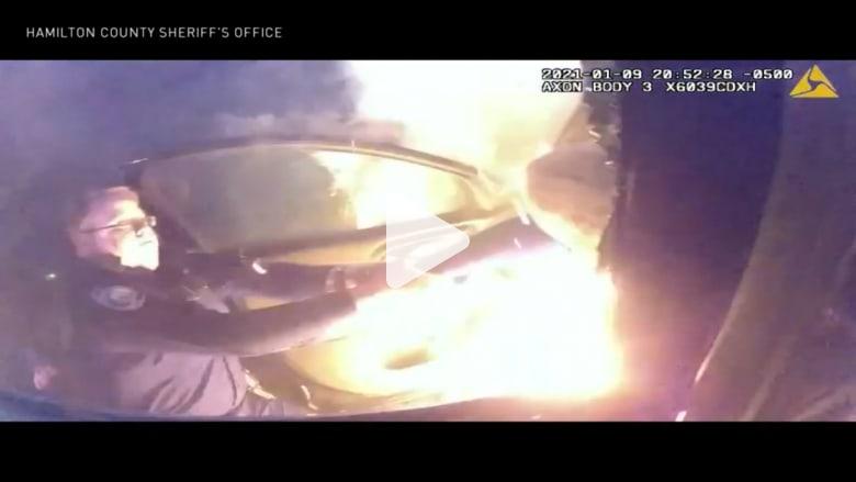 قفز داخل سيارة تحترق.. شاهد العمل البطولي الذي قام به شرطي لإنقاذ سيدة